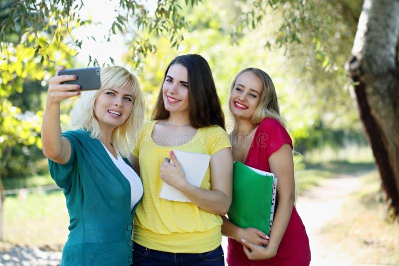Vänner gör selfie royaltyfri bild