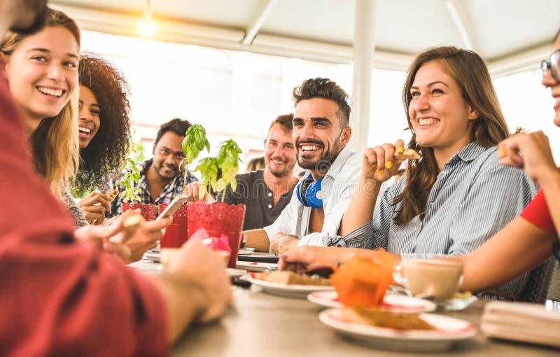 Vänner grupperar att dricka cappuccino på cafeteriarestaurangen arkivfoton