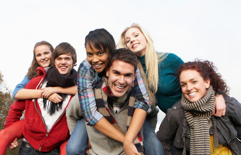 vänner grupperar att ha på ryggen rider tonårs- royaltyfria bilder