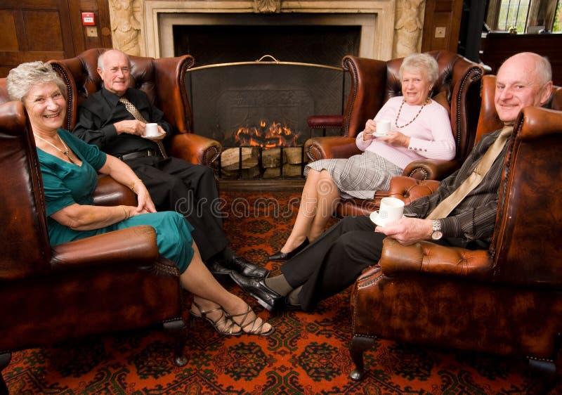 vänner grupperar den mogna pensionären arkivfoto