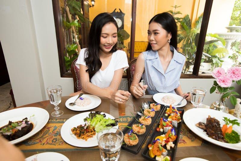 Vänner har att äta lunch för att äta tillsammans på trätabellen fotografering för bildbyråer