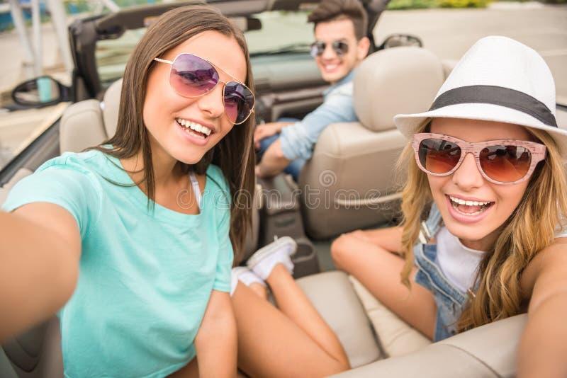 Vänner i cabriolet royaltyfri bild