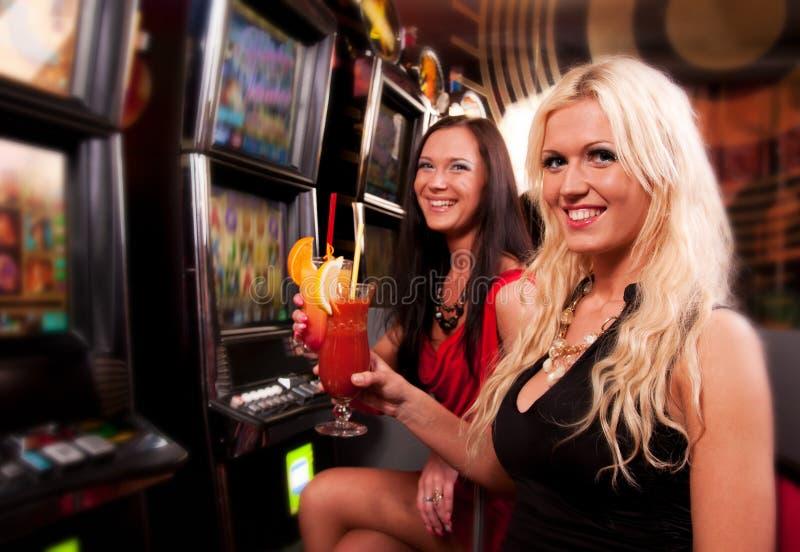 Vänner i kasino på en enarmad bandit royaltyfria foton
