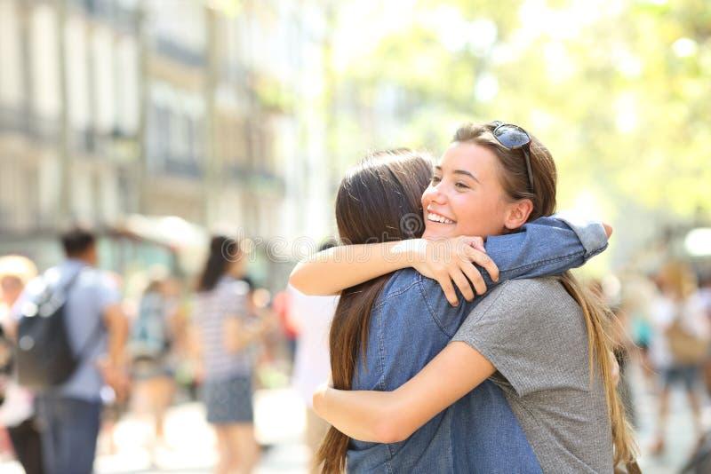 Vänner kramar i gatan royaltyfri fotografi