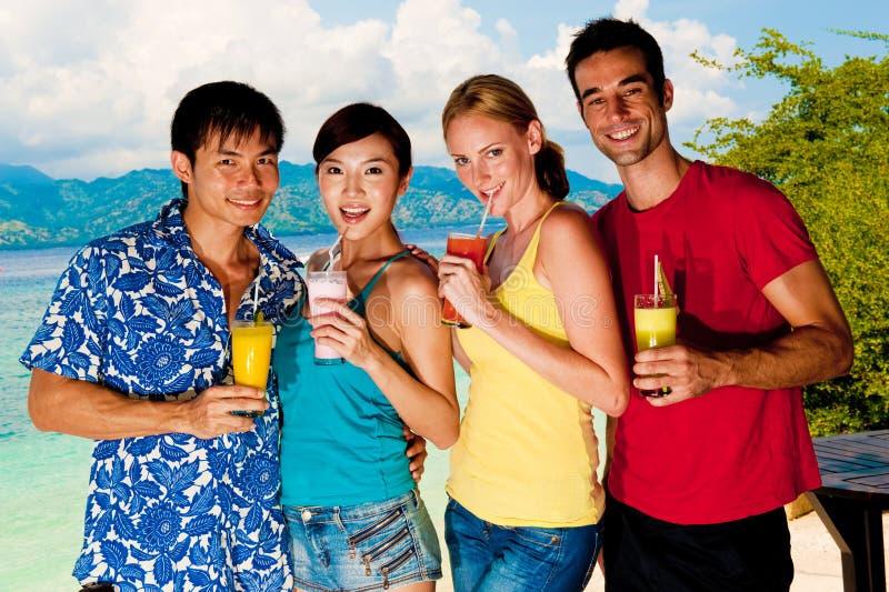 Vänner med drinkar royaltyfri foto
