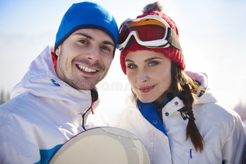 Vänner med snowboards royaltyfria foton