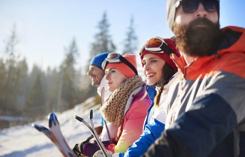 Vänner med snowboards och skidar royaltyfri foto