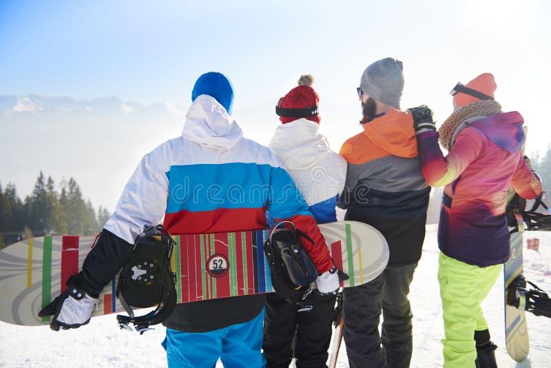 Vänner med snowboards och skidar fotografering för bildbyråer