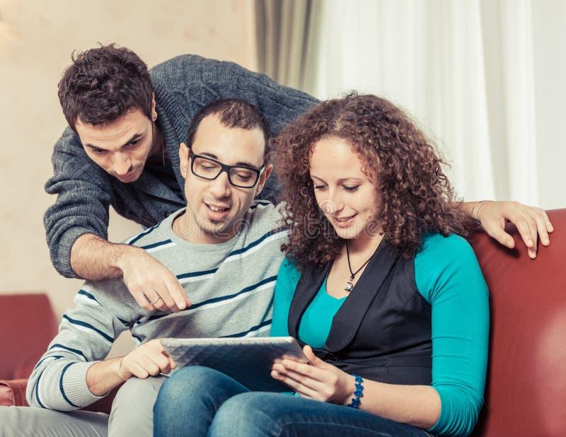 Vänner med TabletPC arkivfoton