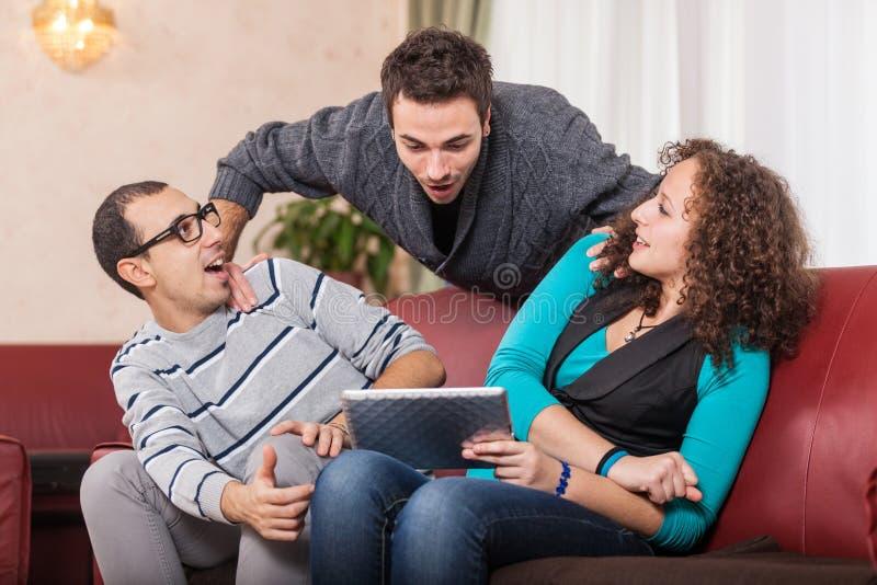 Vänner med TabletPC arkivfoto