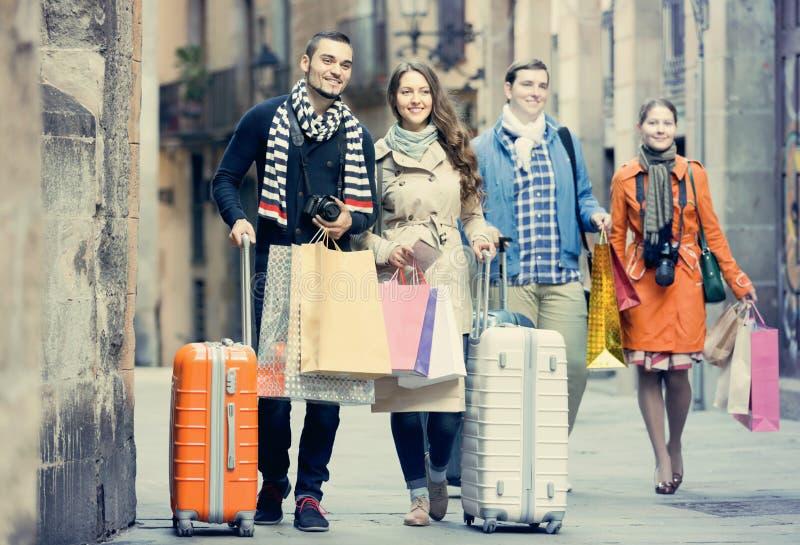 Vänner med utomhus- bagage royaltyfri bild