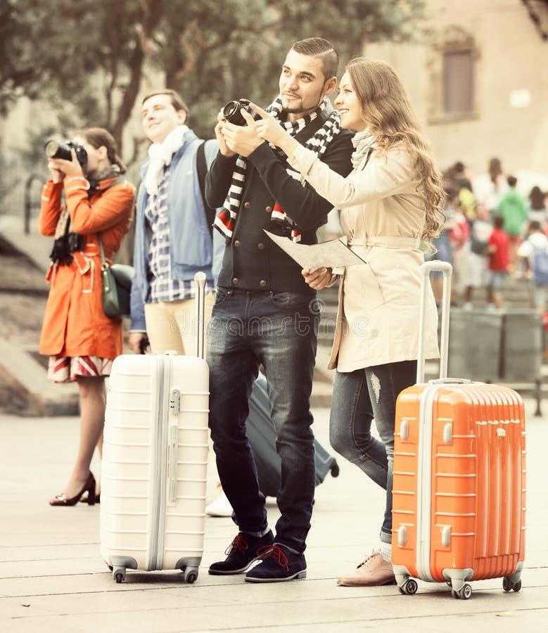 Vänner med utomhus- bagage royaltyfria bilder