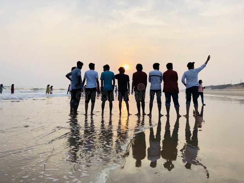 Vänner och deras lycka som kör av fotografering för bildbyråer