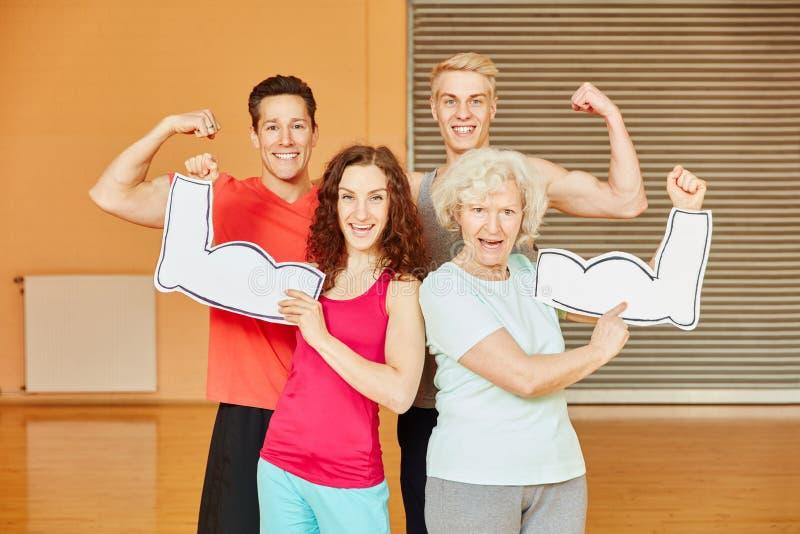 Vänner och hög visning deras muskler royaltyfri fotografi