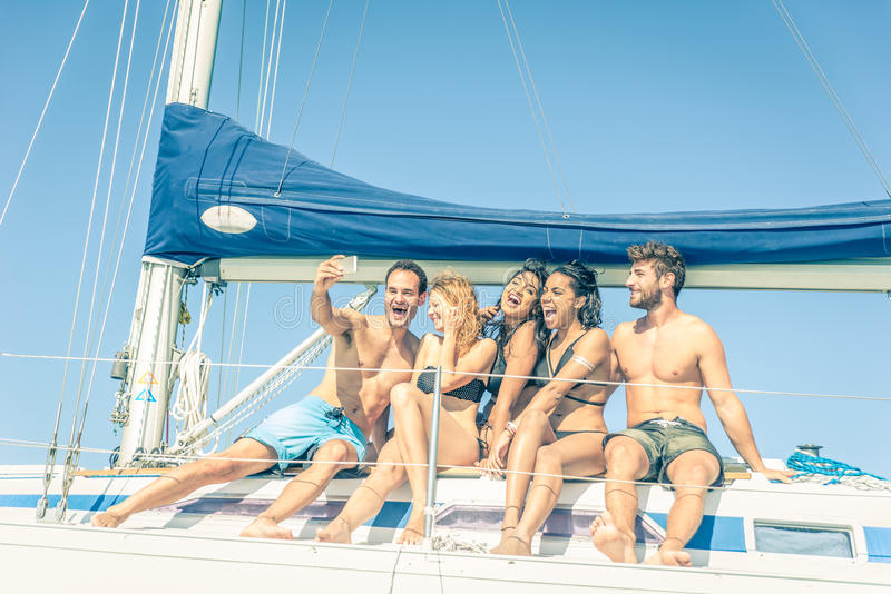 Vänner på fartyget som tar en selfie royaltyfri fotografi