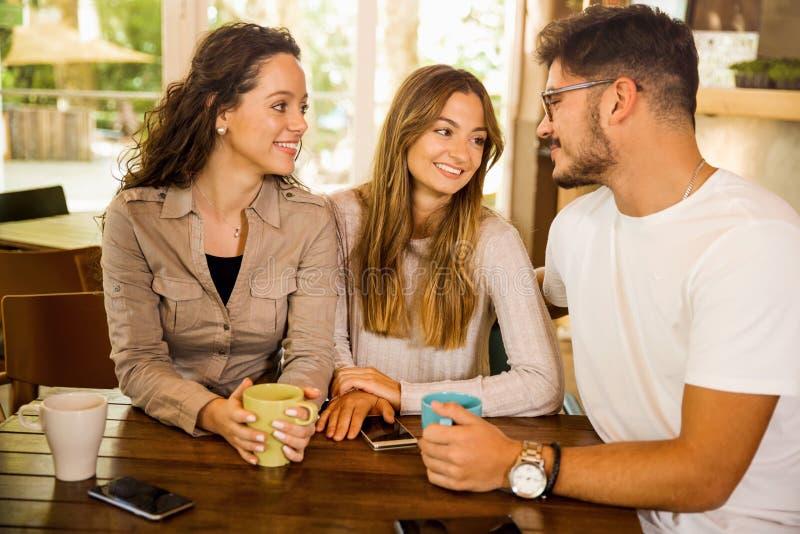 Vänner på kafét arkivfoton