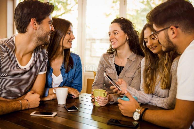 Vänner på kafét arkivbilder