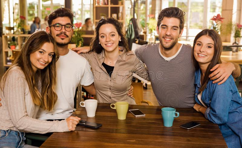 Vänner på kafét royaltyfria bilder