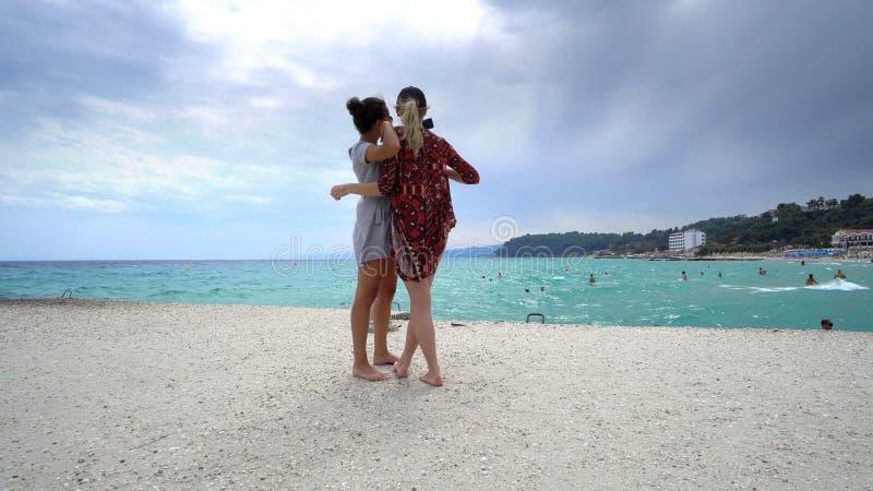 vänner på semestern som tar selfies på stranden med en smart telefon royaltyfria foton