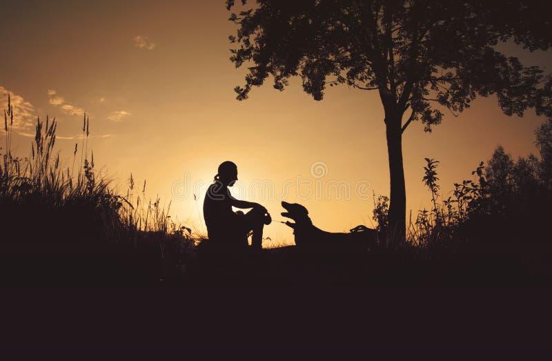 Vänner på solnedgången fotografering för bildbyråer