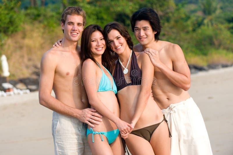 Vänner på strand royaltyfri fotografi