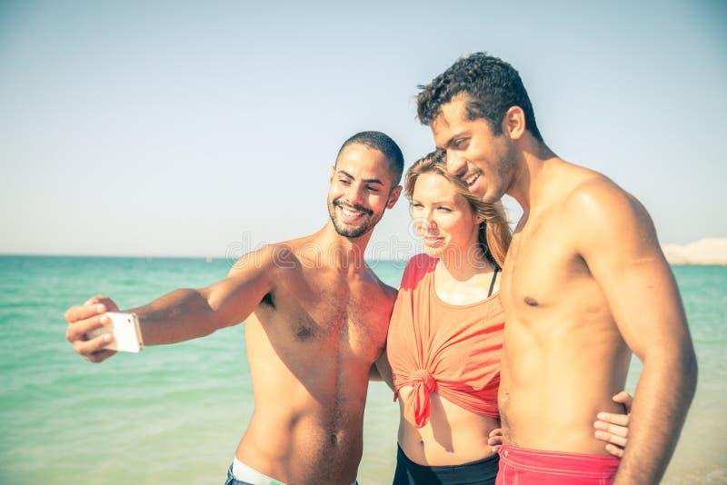 Vänner på stranden arkivbilder