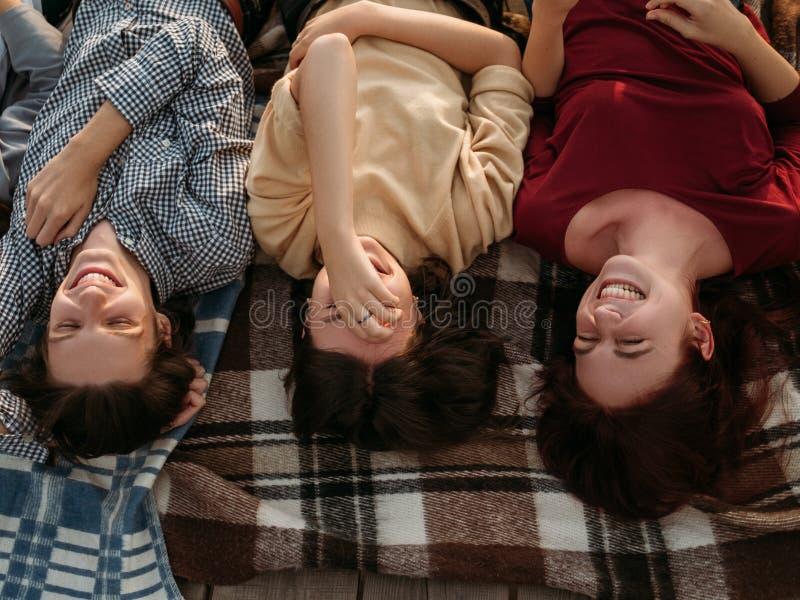 Vänner skrattar bekymmerslös lycklig livsstilnjutning royaltyfri foto