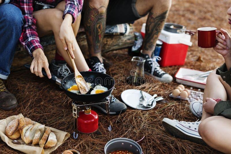 Vänner som campar äta matbegrepp royaltyfri bild