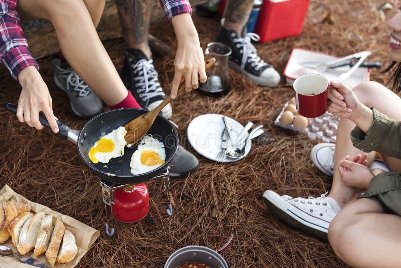 Vänner som campar äta matbegrepp royaltyfri foto