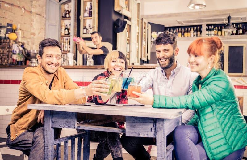 Vänner som dricker i en stång fotografering för bildbyråer