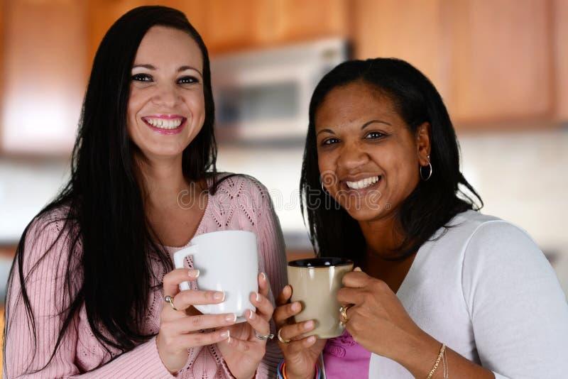 Vänner som dricker kaffe arkivfoto