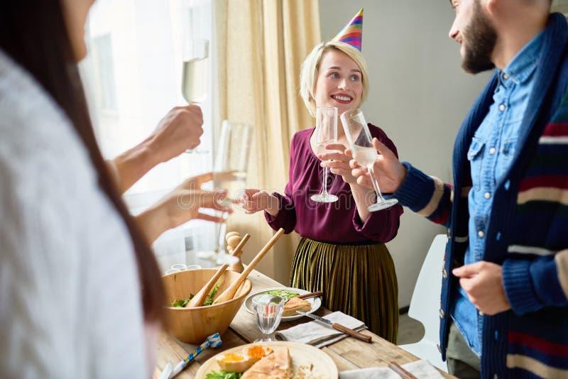 Vänner som firar födelsedag tillsammans royaltyfri foto