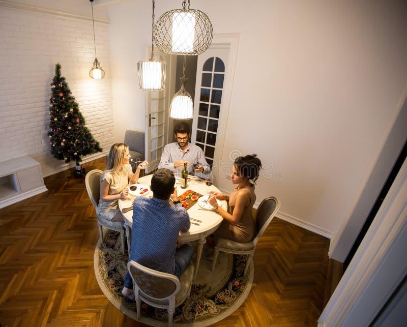 Vänner som firar helgdagsafton för jul eller för nytt år arkivfoton