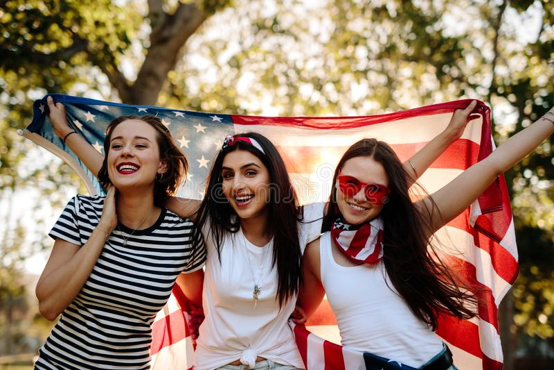 Vänner som firar 4th av Juli ferie fotografering för bildbyråer