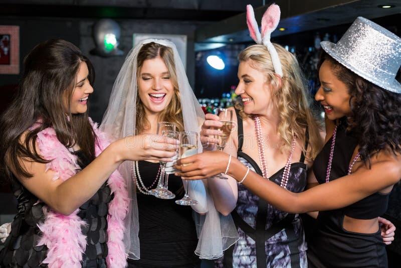Vänner som firar ungmöpartiet royaltyfri bild
