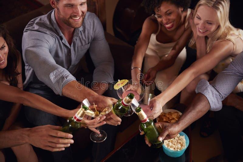 Vänner som gör upp ett rostat bröd på ett parti, slut, höjde sikt royaltyfria foton