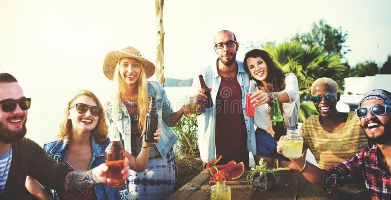 Vänner som har ett sommarparti arkivfoto