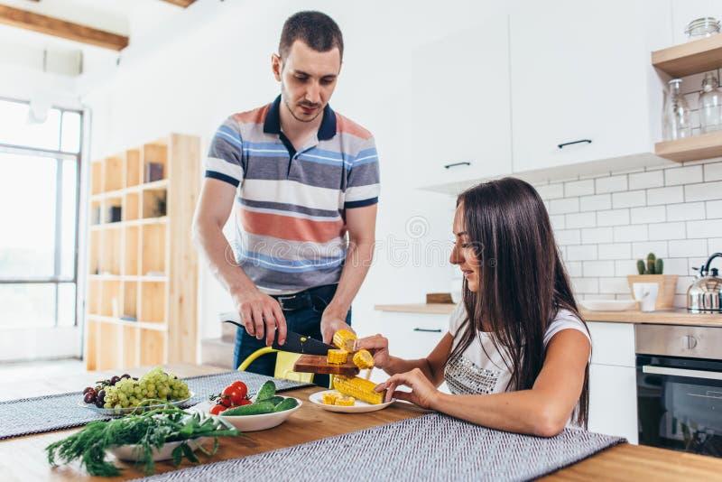 Vänner som har frukosten tillsammans i köket hemma fotografering för bildbyråer