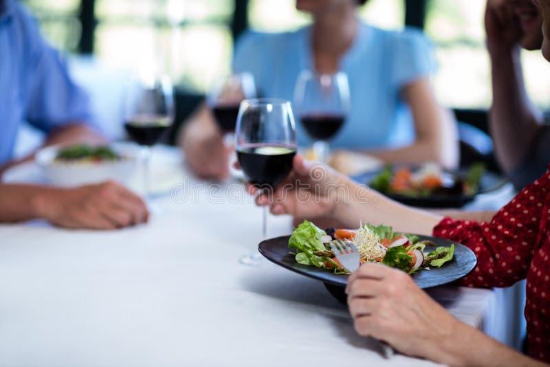 Vänner som har lunch i restaurang royaltyfri bild