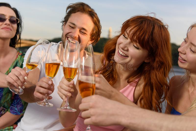 Vänner som har stor tid på yachten och att dricka champagne som ler fotografering för bildbyråer
