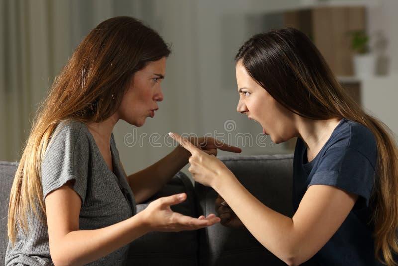 Vänner som hemma argumenterar och ropar royaltyfri fotografi