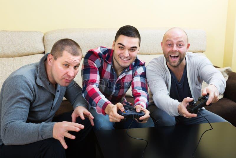 Vänner som kopplar av med videospelet arkivbild