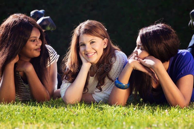 vänner som kopplar av tre fotografering för bildbyråer