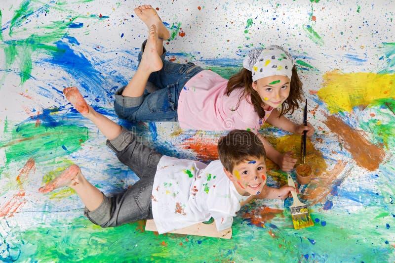 vänner som målar att leka royaltyfri fotografi