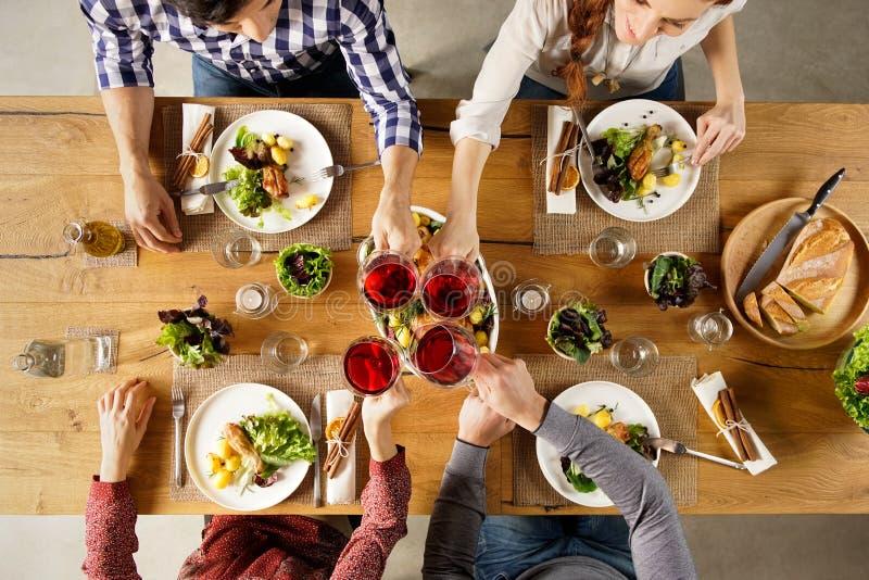 Vänner som rostar med vin arkivfoton