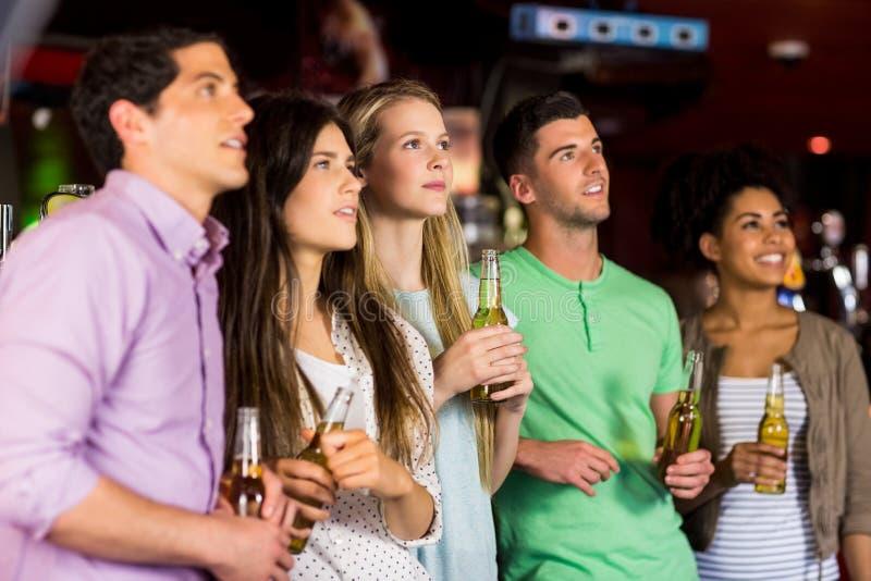 Vänner som rymmer öl royaltyfri foto