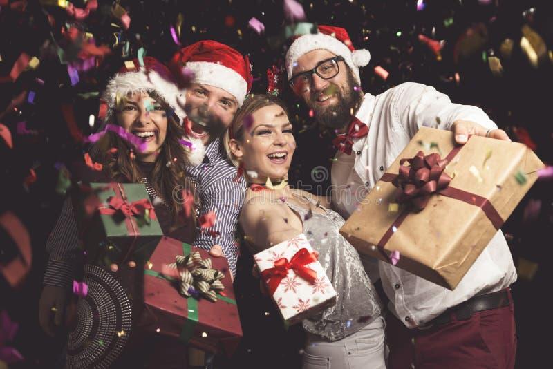 Vänner som rymmer julgåvor royaltyfria foton