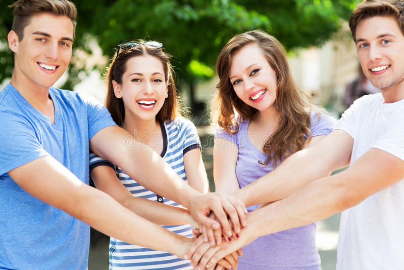 Vänner som sammanfogar händer royaltyfri fotografi