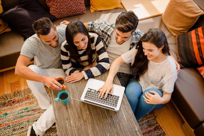 Vänner som studerar på kafét royaltyfri fotografi
