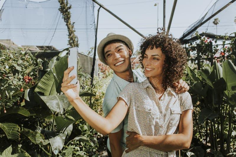 Vänner som tar en selfie på en trädgård arkivfoton